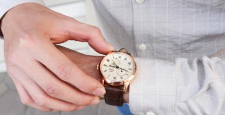 Mệnh hỏa đeo đồng hồ màu gì