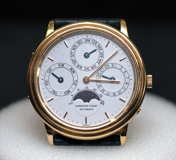 Đồng hồ lịch vạn niên với bộ máy Caliber 920 dầy 3.95mm