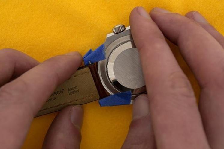 Các bước thực hiện thay dây da cho đồng hồ dây kim loại_4