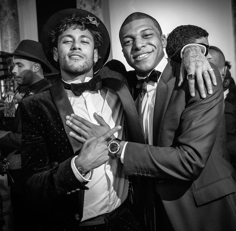Mbappé_chụp_ảnh_cùng_người_đàn_anh_Neymar
