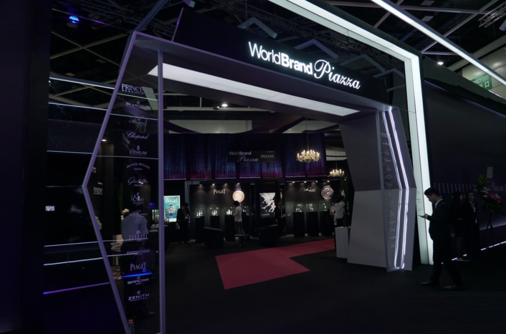 Cổng vào khu vực World Brand Piazza