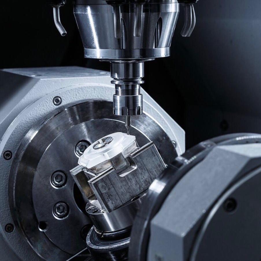 Là vật liệu vô cùng khó chế tác do độ cứng cao Sapphire đòi hỏi những chiếc máy cắt đặc biệt