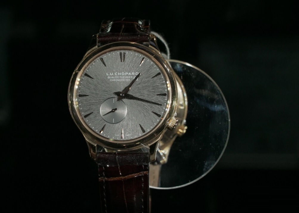 Mẫu Dress Watch đơn giản nhưng không kém phần thu hút với mặt số đặc biệt