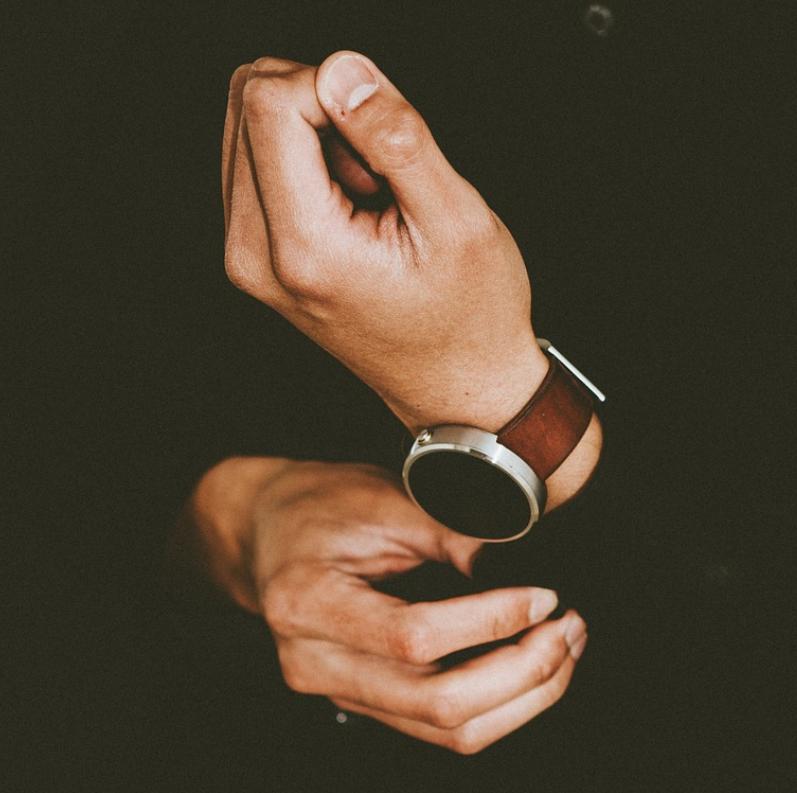 Con trai đeo đồng hồ tay nào?