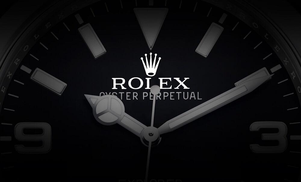 Logo Rolex được in nổi dưới vị trí 12 giờ