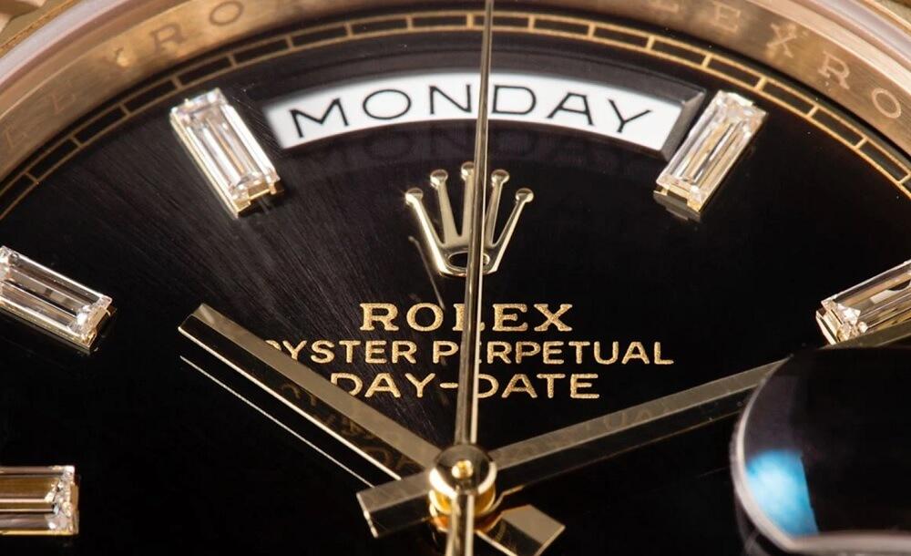 Logo Rolex trên mặt số đồng hồ Rolex Day-Date