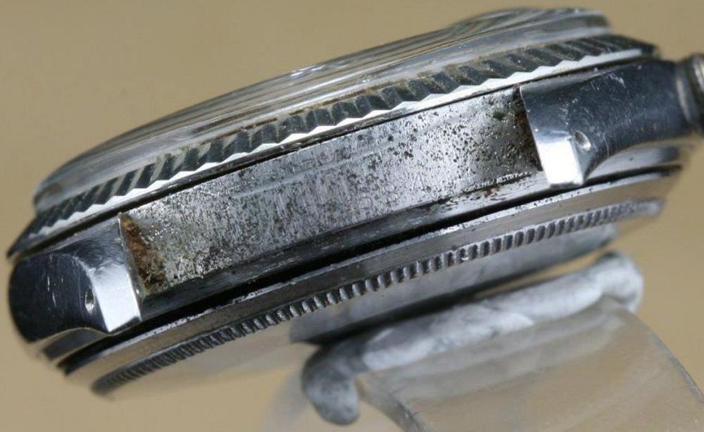Phần giữa vấu dây đeo bị ăn mòn và rỉ sét theo thời gian