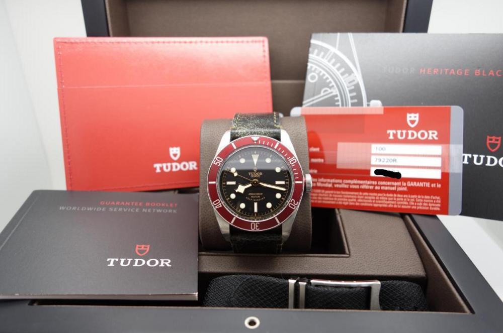 Đồng hồ Tudor Heritage Black Bay 79220R với thẻ bảo hành và phụ kiện