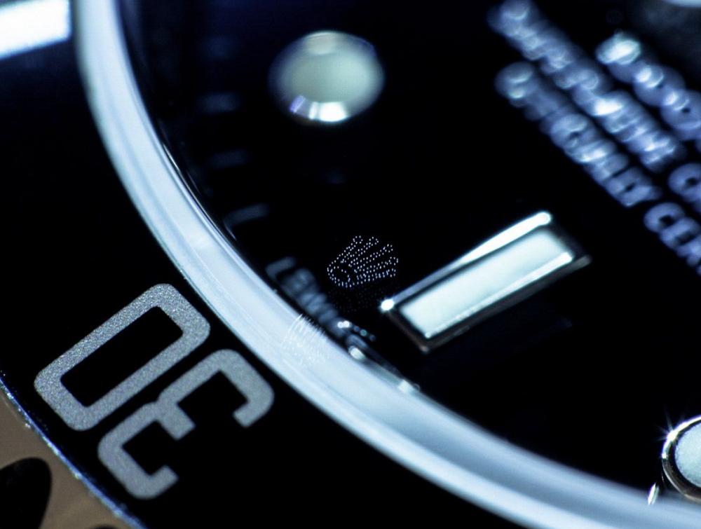 Vị trí vương miện Rolex khắc ở vị trí 6 giờ
