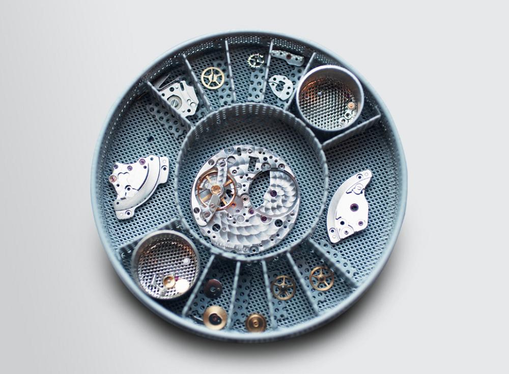 Bộ máy đồng hồ Rolex được tháo rời khi sửa chữa