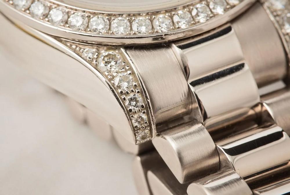 Lug và Bezel được đính kim cương trên đồng hồ Rolex