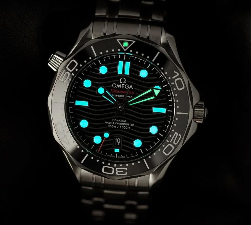 Lume hai màu trên đồng hồ Omega Seamaster