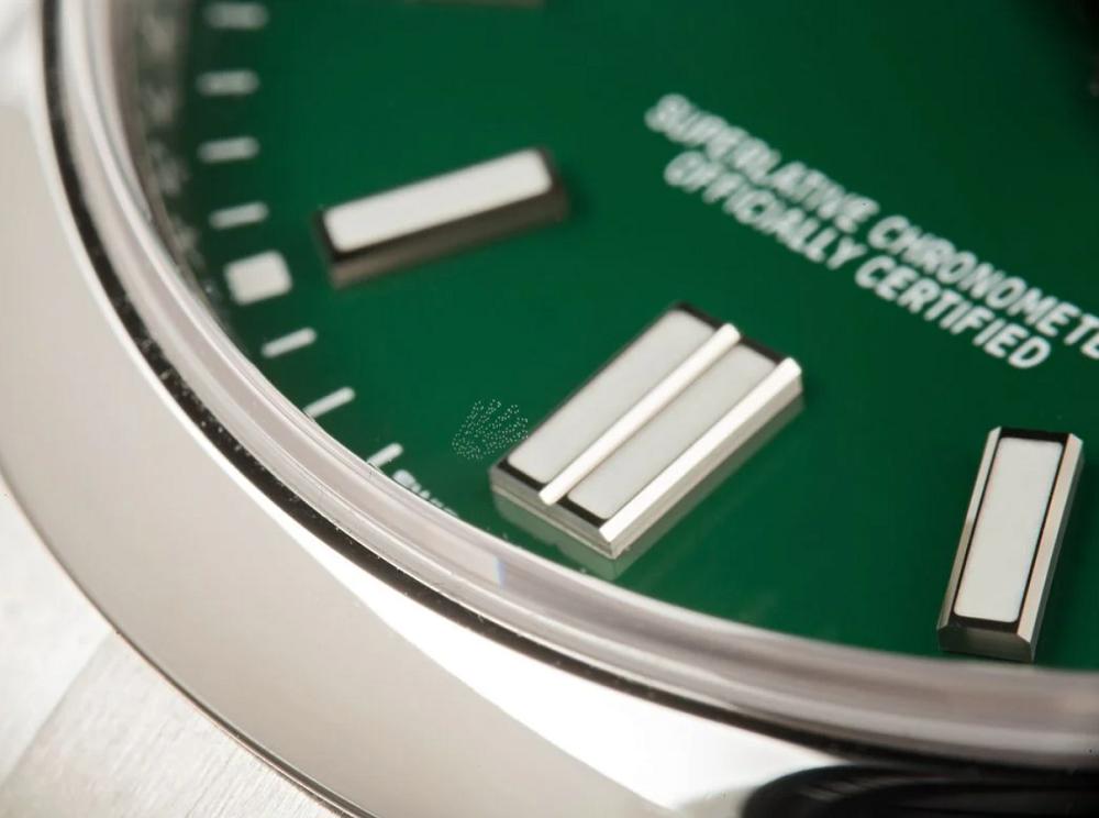 Logo Rolex được khắc laser trong kính Sapphire