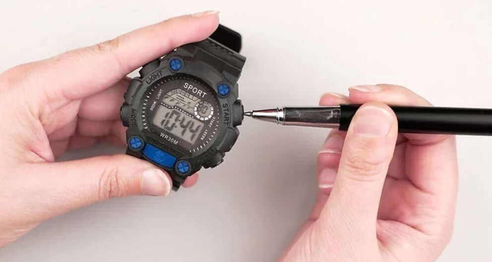Sử dụng bút để thay đổi chế độ trên đồng hồ có nút ấn lõm